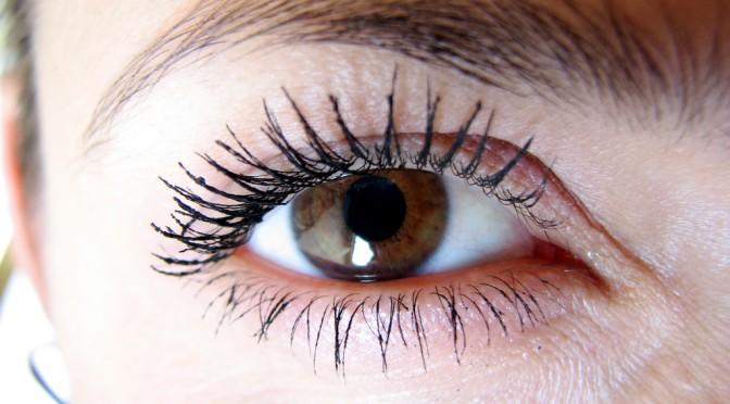 まつげ美容液として緑内障点眼薬が使われている?