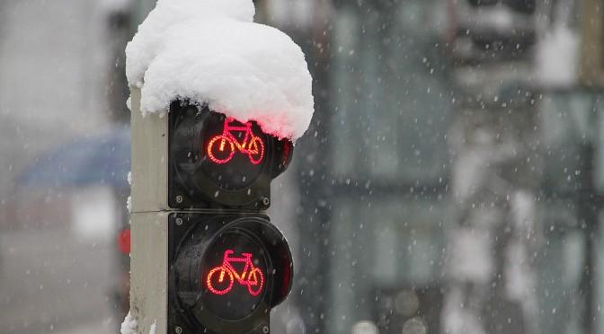 LED信号機の弱点(雪が溶けにくい)を解決するデザインとは?