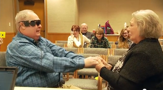 網膜色素変性症によって失明した男性が人工網膜を装着して10年ぶりに妻の姿を見る
