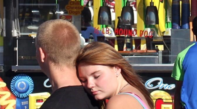 顎チョコン(あごのせ)|女の子が男の子に肩に顔を乗せてくるしぐさ|手にアゴをのせる「あごのせ動画(TikTok)」が話題!