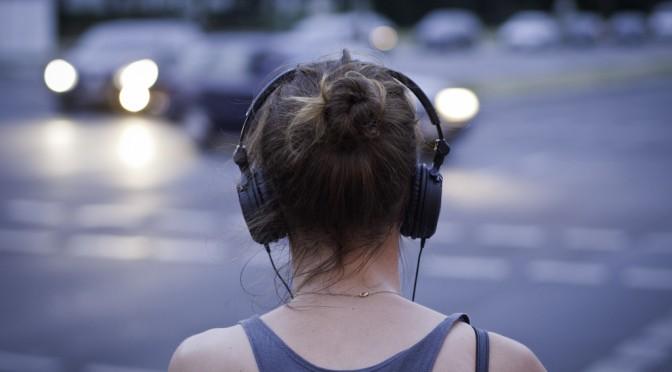 音楽を聴いて鳥肌が立つ人は特別な脳の構造の持ち主かもしれない!?|音楽を聴いて感動している時に脳ではどんな変化が起きている?