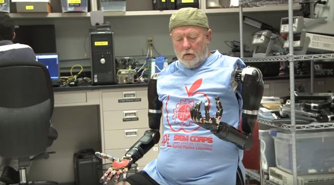 「AI(人工知能)・ロボット・テクノロジーは人間から仕事を奪うのか?」という問いからは人間と機械が一体化するという考え方が抜け落ちている!