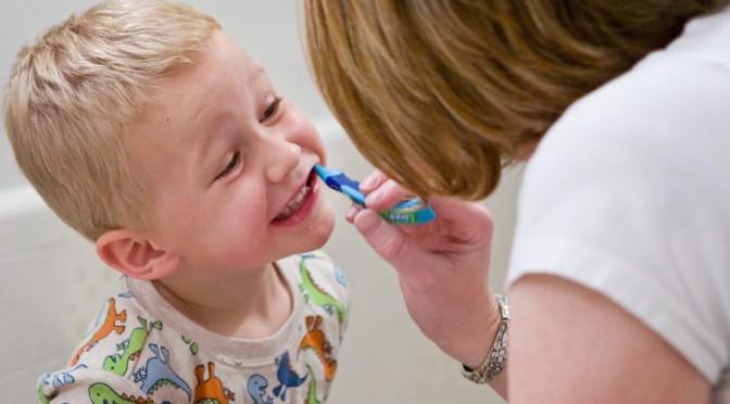 子どもの虫歯が激減|就寝前の歯磨き習慣やフッ素を使ったうがいの予防策の浸透が背景