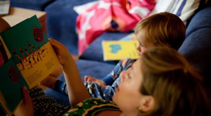 本の読み聞かせは長く続けた方が子どもの読み書き能力が上がる!?