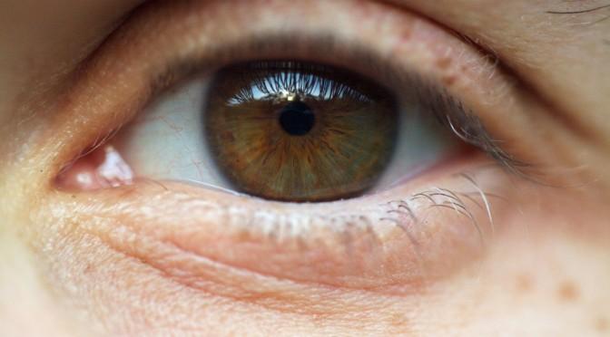 なぜ目が疲れると目がかすむ(目がぼやける)のか?その原因・対策