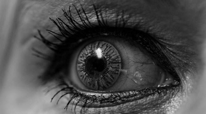 コンタクトレンズが目の充血(目が赤くなる)の原因になる理由・治す方法とは?