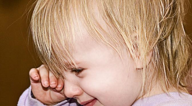 どうして花粉症になると、まぶたが腫れるのか?その2つの原因|花粉症の症状