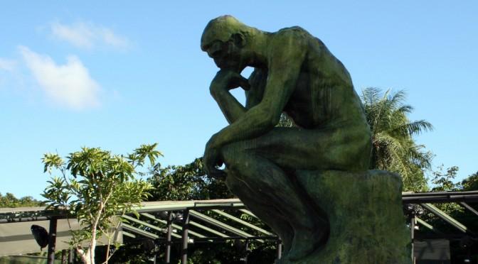 ロダンの彫刻「考える人」のポーズをとると、便が出やすくなる!?|便秘を治す方法