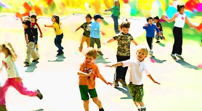 小島よしおさん、運動神経を発達させるための運動に遊びの要素を加えたトレーニングで、保育園・幼稚園で子どもたちに大人気