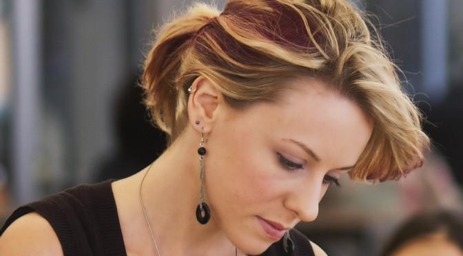 更年期になると抜け毛・薄毛(髪の毛が抜ける)が起きる原因|女性の更年期障害の症状