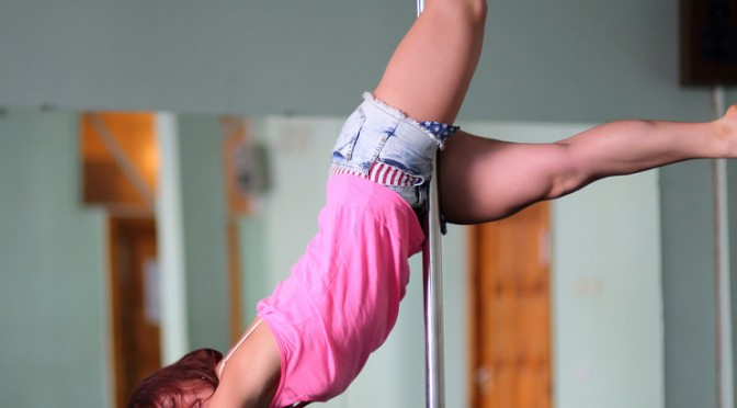 ポールダンスなどのセクシーフィットネスエクササイズ、米都市部で若い女性に人気