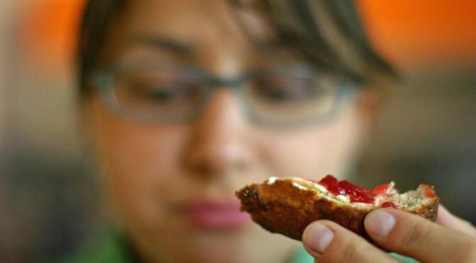 遅い夕食などで食事の時間が乱れると、体内時計が混乱し太ってしまう|早稲田大学
