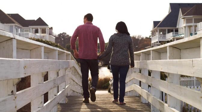 男性は、恋愛対象の女性と歩くときは、歩くスピードが遅くなる!?【歩幅を合わせる男性心理】