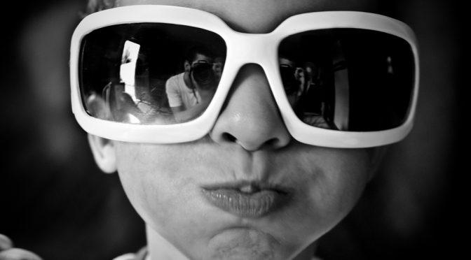 子どももサングラスをして紫外線をカットし目の病気を予防しよう
