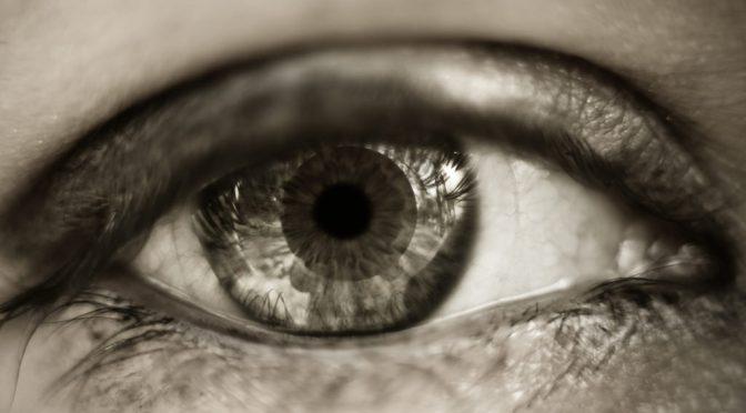 「チクチク」「しみる」コンタクトレンズで目が痛いときに考えられる目の病気とは?