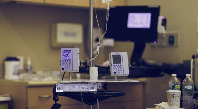 【現状の医療システムの問題】総合病院に軽症から重症までの患者が集中し、治療を必要する患者に専門的な治療が届いていない