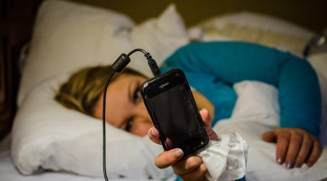 就寝前に毎日携帯電話を使う中高生は睡眠障害になるリスクが1.4倍高い!?