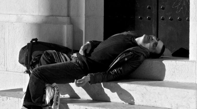 日中に著しい眠気を感じる病気「過眠症(ナルコレプシー)」に関連した新しい遺伝子を発見|東大教授らのグループ