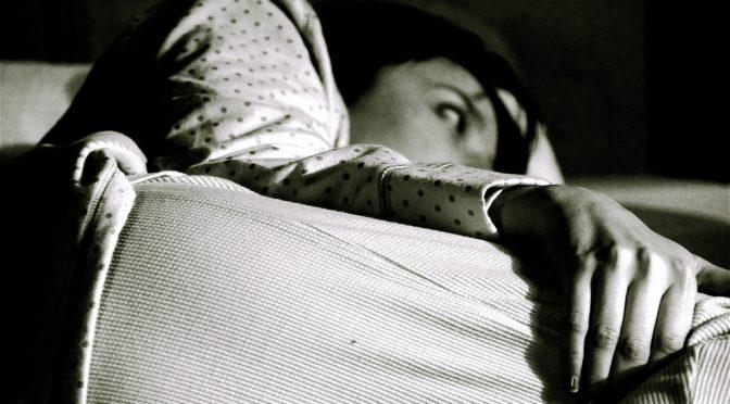 【#その原因Xにあり】冷え症不眠の原因であるお尻のコリをほぐす方法(ツボ「臀中」)&つま先から血行促進!足指ストレッチ|なぜ足が冷えている人は寝つきが悪いのか?