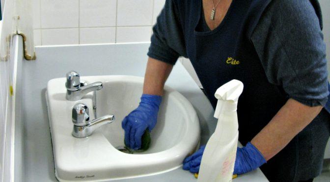 トイレ掃除でダイエット・筋トレ!|トイレ掃除にかかる筋力負荷は2Lのペットボトルを3本(6kg)持って、100m(時速4km)歩くのに相当する