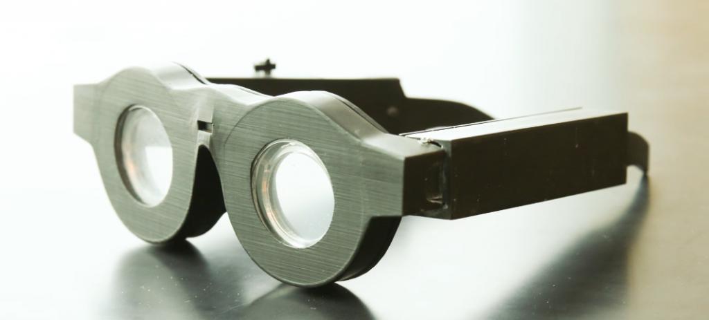 老眼でメガネ・老眼鏡の掛け外しがわずらわしい方に朗報!液体レンズを使ったピントの自動調整スマートグラス|ユタ大学