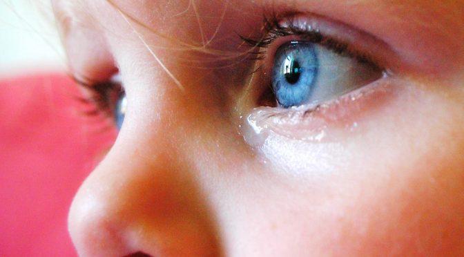 なぜドライアイになると目が疲れるという症状が現れるのか?その原因