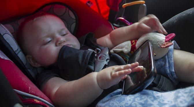 2歳以下の子供がスマホで遊ぶ時間が長いほどコミュニケーション能力の発達が遅れる可能性がある 研究