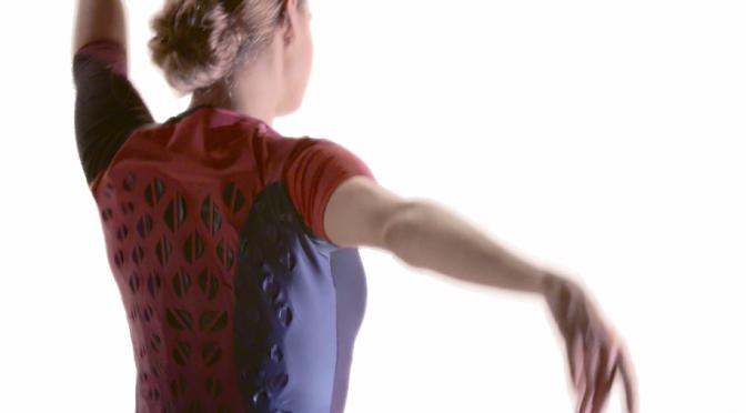 アスリートの体の熱と汗に反応して微生物細胞が開閉する換気フラップ付きトレーニングスーツ・ランニングシューズをデザイン|MIT