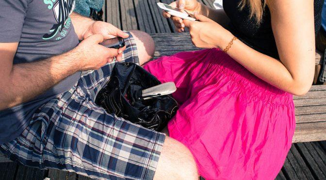 【仮説】テキストメッセージが増え、触れ合い(直接会う・スキンシップ)や電話で話すことが減ったことで世界は不安定になっている!?