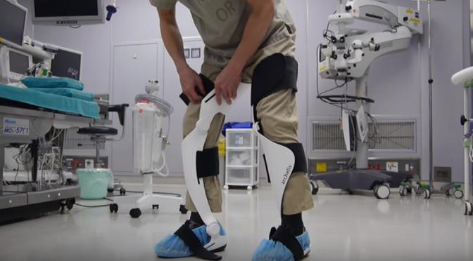 ウェアラブルチェア「archelis(アルケリス)」|歩けるイスで手術での筋肉疲労の軽減・安定した長時間の姿勢保持による手術の安定性向上