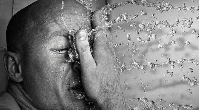 10代~50代男性の年代別肌の悩みワースト3ランキング!|10代・20代「ニキビ・吹き出物」、30代「脂性肌」「乾燥肌」「目の下のクマ・たるみ」、40代・50代「乾燥肌」「シミ」