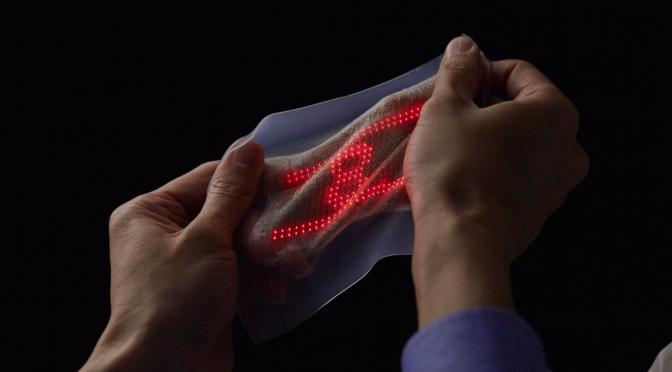 スキンセンサーで計測された心電波形の動画を皮膚上に貼り付けたスキンディスプレイに表示できるセンサーシステム開発|東大・JST・DNP