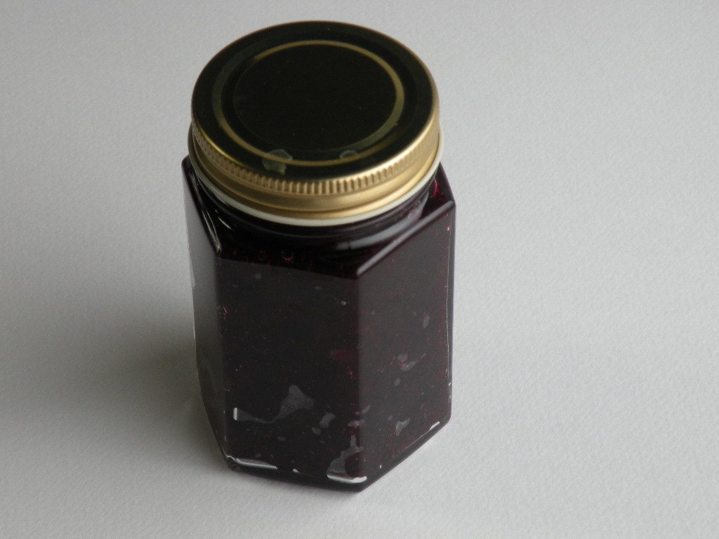 煮沸消毒した瓶にブルーベリージャムを入れる
