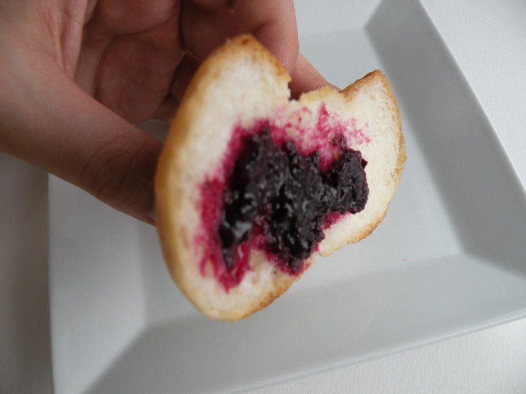 ブルーベリージャムをパンにつけて