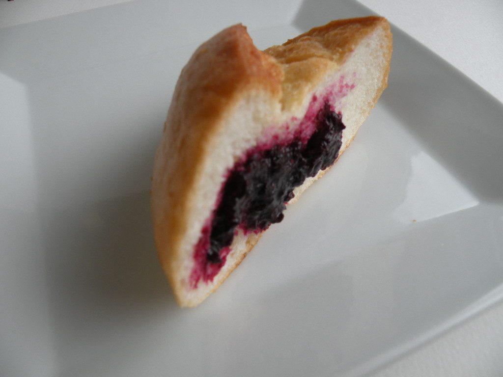 ブルーベリージャムを塗ったパン