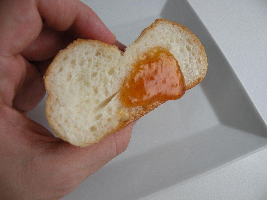 梅ジャムをパンにつけて