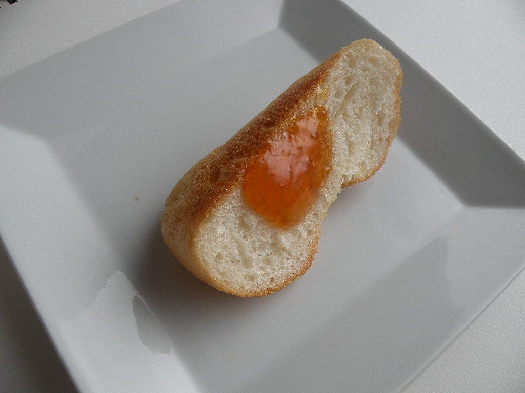 梅ジャムを塗ったパン