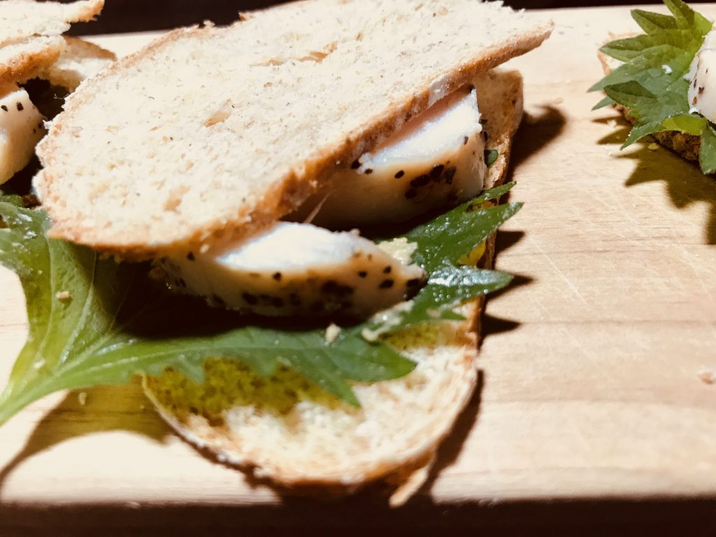 鶏ハムと大葉とマスタードのライ麦パンサンドイッチ
