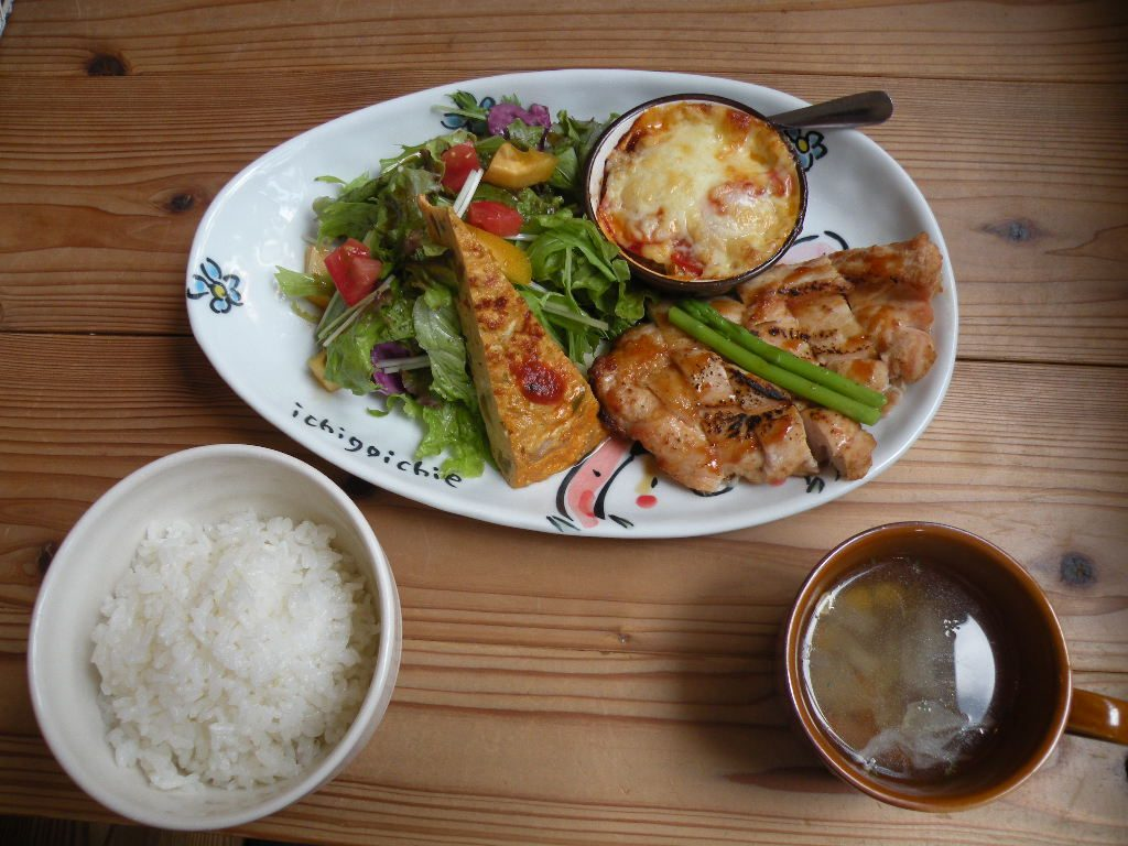 日替わりランチ(Aランチの鶏肉) 7月中旬は鶏むね肉の照り焼き梅ソース、蒸しなすとトマトのチーズ焼き) ダイニングカフェるらん