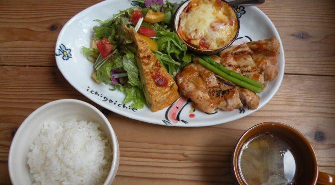 日替わりランチ(Aランチの鶏肉) 7月中旬は都に胸肉の照り焼き梅ソース、蒸しなすとトマトのチーズ焼き) ダイニングカフェるらん