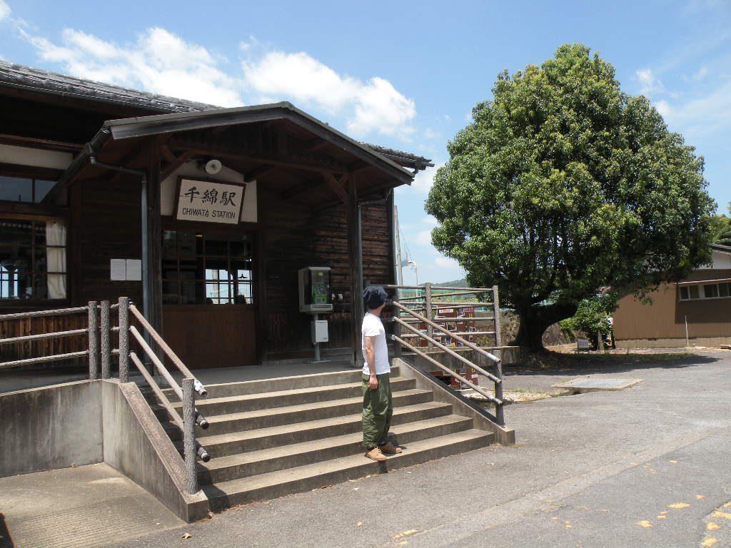 駅舎と木のバランスがいい!|千綿駅