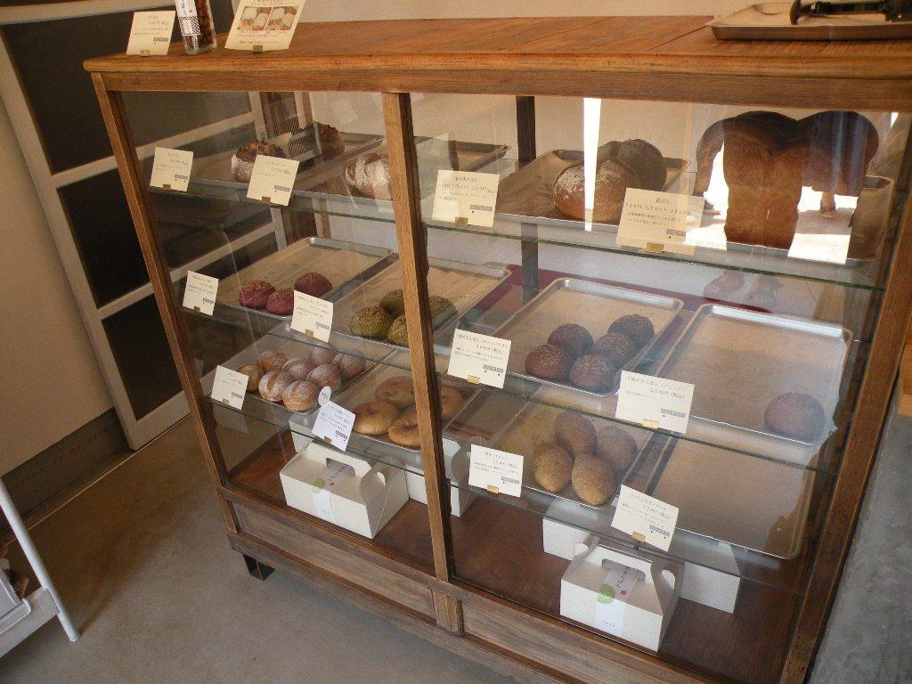 ちわたやさんのパンの棚には食パンやベーグル、焼きキーマカレーパンなどが並ぶ