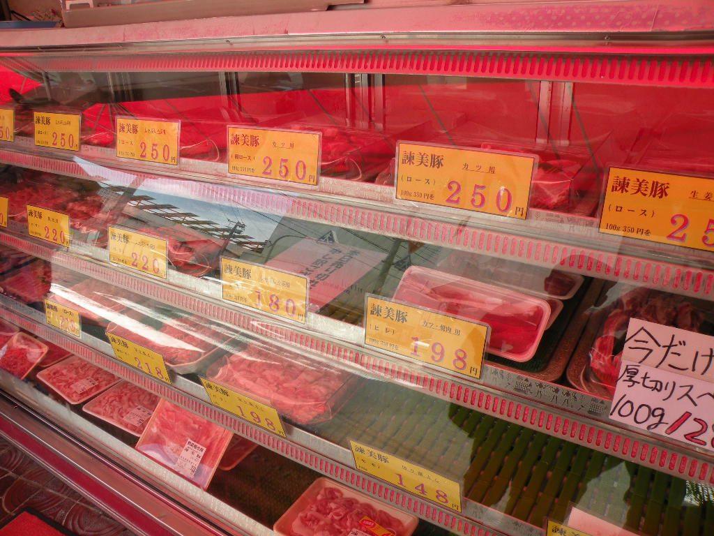 土井農場の直営店の陳列ケースにはしゃぶしゃぶ用や焼肉用、生姜焼き用、とんかつ用などの諫美豚・諫美豚プレミアムがあります。また、ロース生ハム、肩ロース生ハム、生ベーコンがあります。
