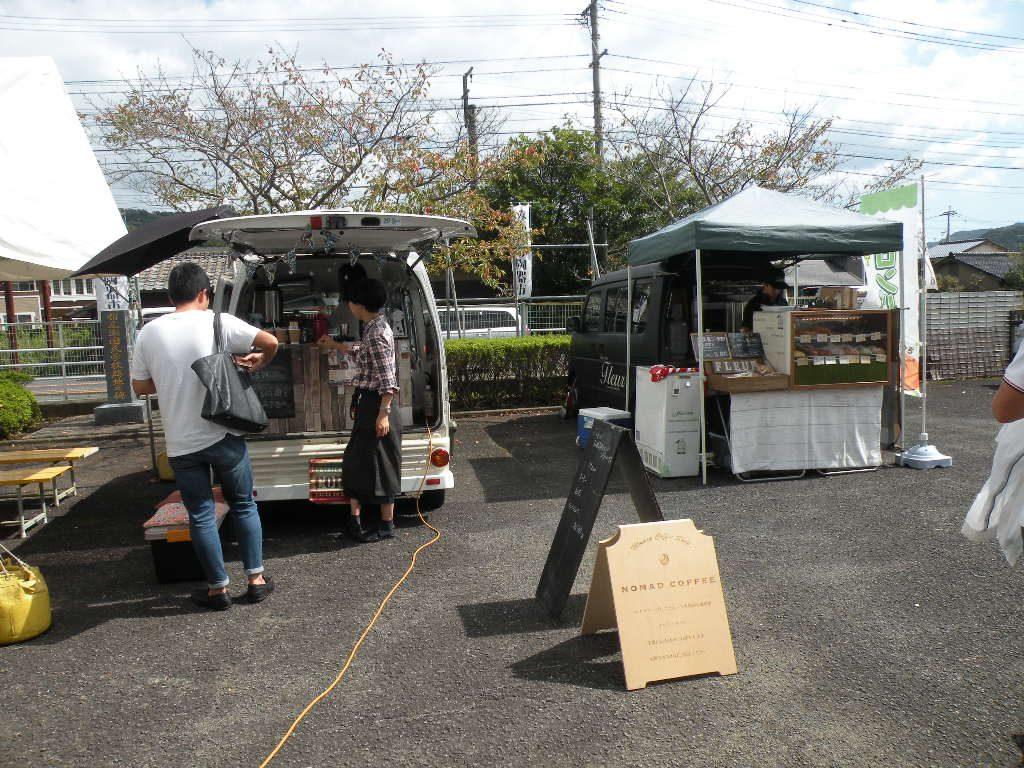 みかわち陶器市の会場では、パン屋さんやコーヒー屋さん、唐揚げ屋さん、ポップコーン屋さんが出店していましたよ。