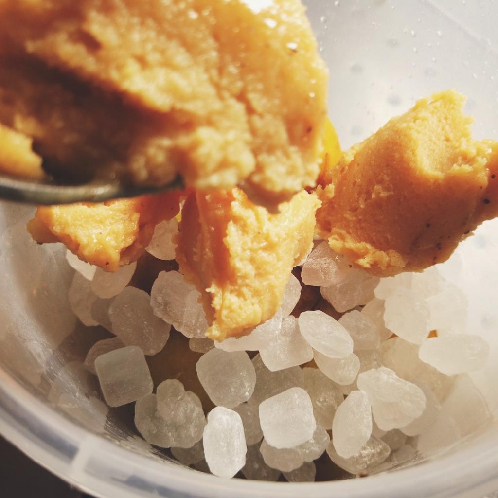 容器に梅と氷砂糖と梅を加える
