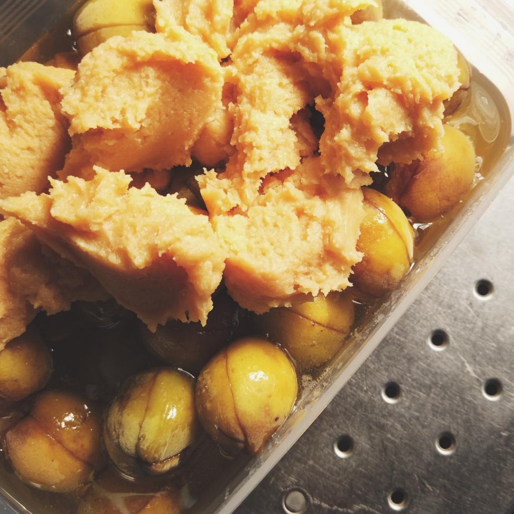容器に梅と蜂蜜と味噌を加える
