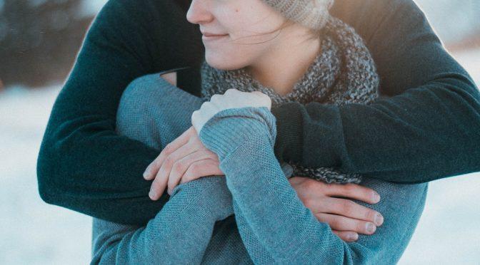 なぜ後ろから抱きしめたくなるのか?|バックハグをする男性の心理