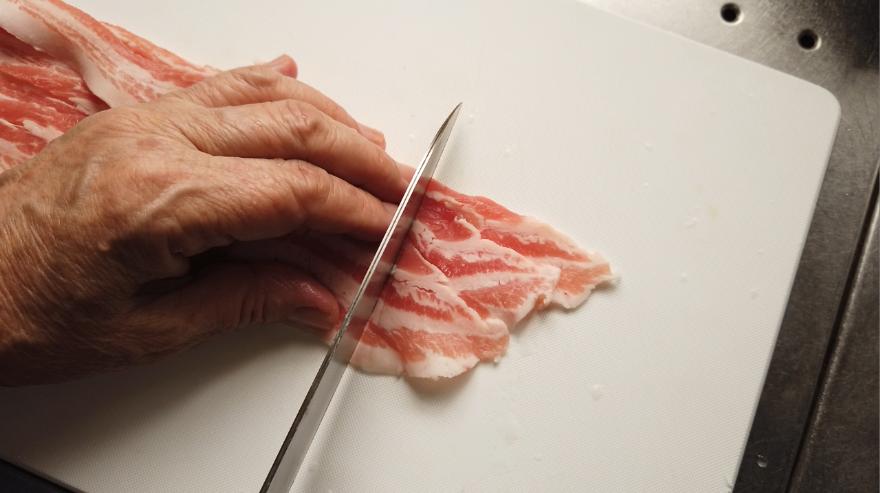豚バラ肉を食べやすい大きさにカットします。