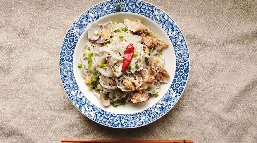 素麺とスープを絡め、器に盛り付け、ねぎを散らして、オリーブオイルをかけて出来上がり!