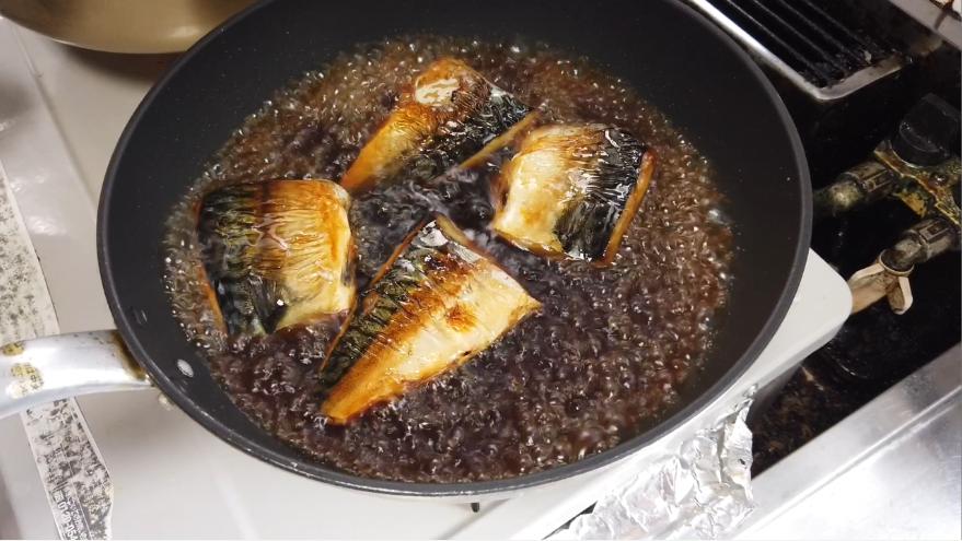 【焼き鯖そうめんレシピ】2.フライパンに水、酒、醬油、みりん、砂糖を入れて煮立てておき、スープの入った鍋に焼き鯖を入れて、照り焼きチキンを作るときと同様に、スープをかけながら5分ほど煮込みます。